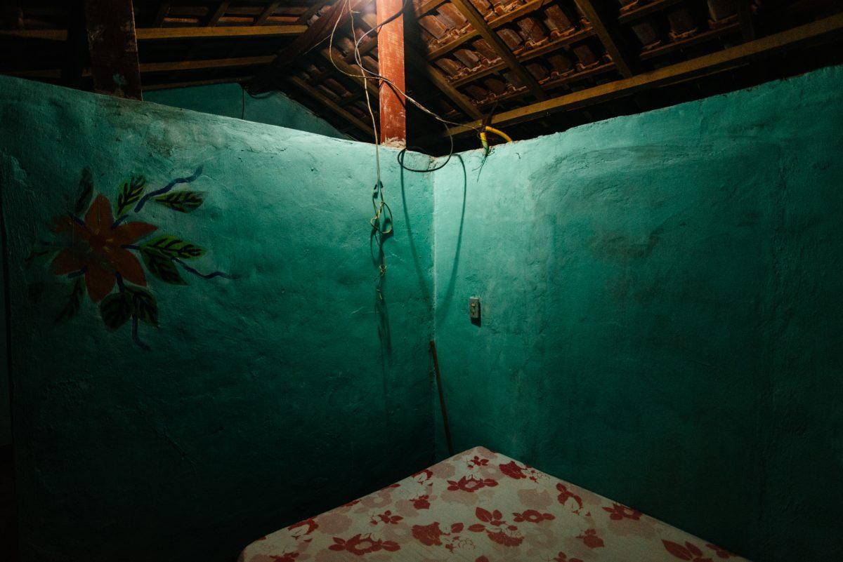 Interior da casa de visitas de Leandro. Ponta da Joatinga, Paraty - RJ