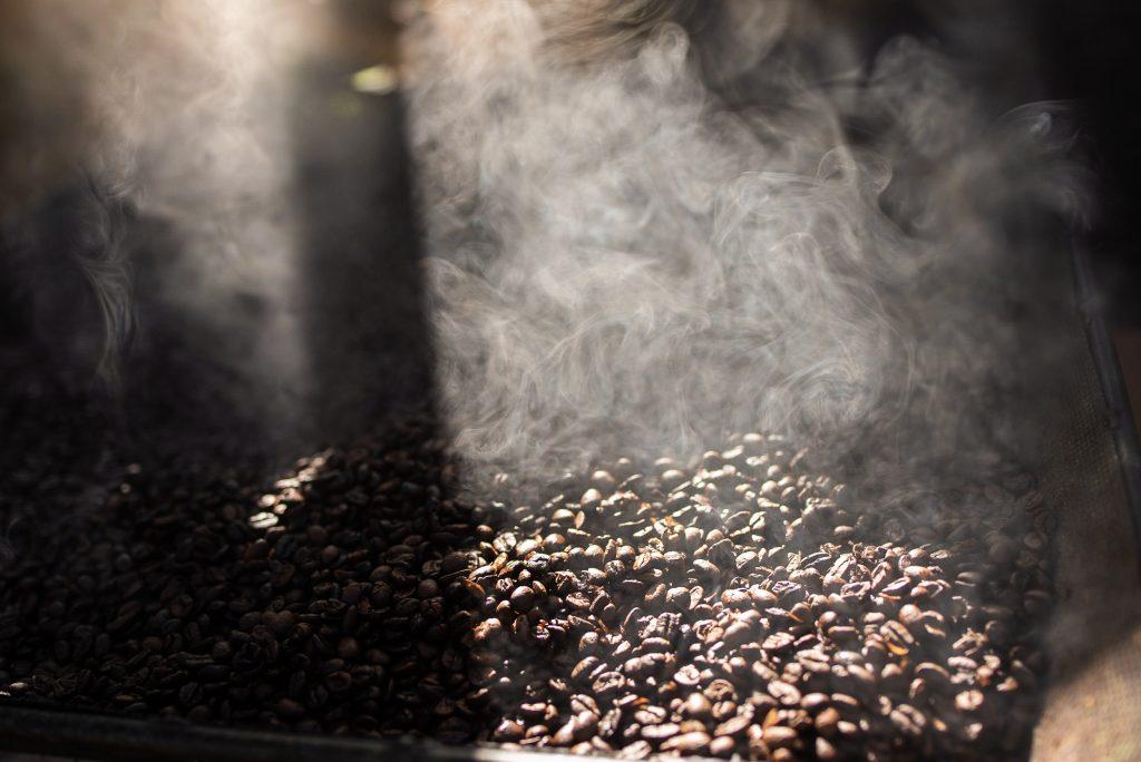Detalhe da fumaça do café em descanso após ser torrado artesanalmente. Foto. Alexandre P. Macedo